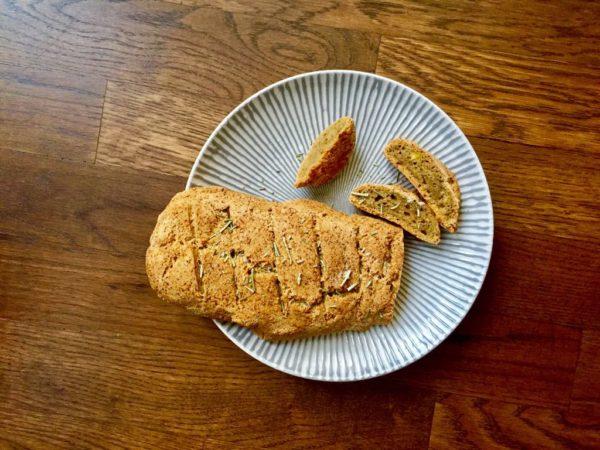 Knusprig, saftiges AIP-Brot aus Kochbananen.
