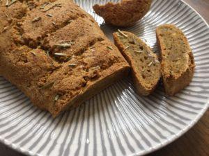 Rosmarin & Thymian verfeinern das Brot.