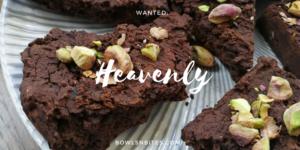 Black-Bean-Brownie-Bites mit Pistazien #glutenfrei #laktosefrei #vegan by bowlsnbites.com
