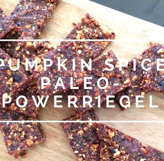 Pumpkin Spice Paleo-Powerriegel #glutenfrei #vegan #laktosefrei #glutenfrei by bowlsnbites.com